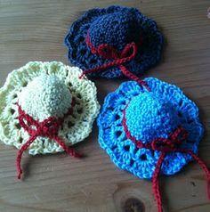 Monique's place: Joepie...little hats for little dolls..free crochet pattern!