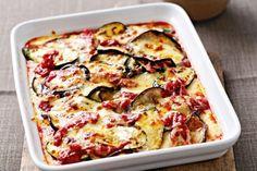 4 баклажана;2 цукини;300 г домашнего томатного соуса;400 г тертого сыра;2-3 ст. л. оливкового масла;соль и черный перец — по вкусу. Способ приготовления: Разогреть духовку до 200°C, баклажаны и цукини нарезать тонкими кружочками, смазать оливковым маслом, посолить и поперчить. Обжарить с обеих сторон на хорошо разогретой сковороде до мягкости (2-3 минуты). Выложить дольки слоями в форму для выпекания, смазывая каждый слой томатным соусом и посыпая тертым сыром. Поставить в духовку на 5'.