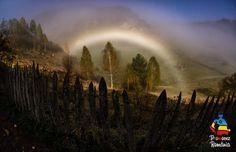 Fundătura Ponorului intră în alcătuirea Parcului Natural Grădiştea Muncelului-Cioclovina şi este situată în masivul Șureanu. Este o zonă joasă înconjurată de munţi înalţi, iar pe fundul acesteia se găseşte râul Ponor. Peisajul alcătuit atât din stâne, cât şi din căpiţe de fân, pe care timpul pare să le fi uitat, vă va induce cu siguranţă stări de linişte şi relaxare.