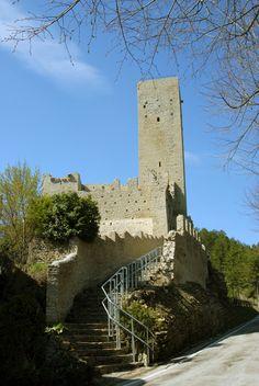 Veduta della mura castellane e della rocca XI°-XII° sec #marcafermana #montefalconeappennino #fermo #marche