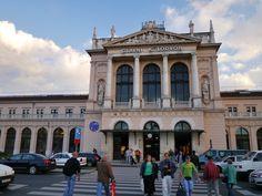 Glavni Kolodvor(ザグレブ中央駅)はクロアチアの首都ザグレブにある同国最大の鉄道駅である。クロアチア鉄道の拠点で、クロアチア国内の主要都市をはじめ、周辺国へ向かう幹線鉄道の発着駅となっている。ザグレブ中央駅はザグレブの中心部トミスラヴ広場に面しており、オーストリア=ハンガリー帝国時代の1890年より着工され、1892年に公式に開業した。駅舎はハンガリー人建築家フェレンツ・プファッフ(Ferenc Pfaff)により手掛けられた。四日市駅より遥かに小さい。