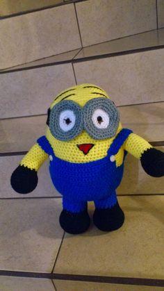Minion Grande 2 ojos Amigurumi - Patrón Gratis en Español aquí: http://novedadesjenpoali.blogspot.com.es/2013/10/patron-minion-grande-2-ojos-amigurumi.html