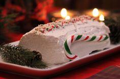 Bûche de Noël Red Velvet à la canne de Noël La Tourtiere, Decoration, Birthday Candles, Traditional, Fine Dining, Eat, Decor, Decorating, Decorations