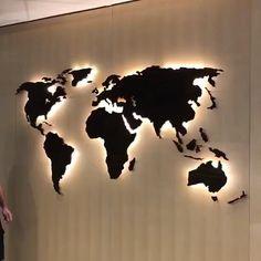 Mapa mundi de madeira iluminado