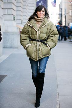 Emmanuelle Alt en manteau doudoune kaki et cuissardes noires à la Fashion Week de New York