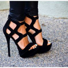 Awesome black pumps.. So pretty!! CLICK THE PIC and Learn how you can EARN MONEY while still having fun on Pinterest