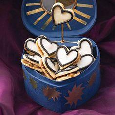 Mürbeteigherzchen, dazwischen Lakritzkaramell und obenauf ein Zuckerguss mit einem Hauch Pastis: sieht zum Verlieben schön aus. Und schmeckt auch so! Zum Rezept: Gefüllte Lakritzherzen