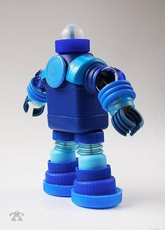 Plastic Bottle Caps, Bottle Cap Crafts, Diy Bottle, Bottle Art, Recycled Robot, Recycled Crafts, Diy Robot, Found Art, Reuse Recycle