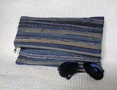 Frizione a mano piega  Uno di una gentile voce, unica e irripetibile. Fatto di jeans riciclati. Faccio la mia parte per salvare il pianeta :)  Le linee decorative non sono tutto il modo attraverso la frizione, solo in alto e in basso.  Fodera in cotone stampato.  Profondo allinterno ci sono due tasche aperte (come una tasca da lato a lato cucite nel mezzo) per piccoli oggetti come chiavi, telefono cellulare...  Dimensioni aperto - 13 x 12. Dimensioni chiuso - 8 x 12.  ATTENZIONE!! Questo…
