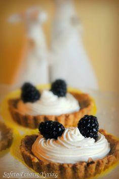Ταρτάκια με ζύμη κουραμπιέ και μους βανίλιας με μαύρα μούρα, χωρίς ζάχαρη! Stevia, Cheesecake, Desserts, Food, Tailgate Desserts, Cheese Cakes, Dessert, Postres, Deserts