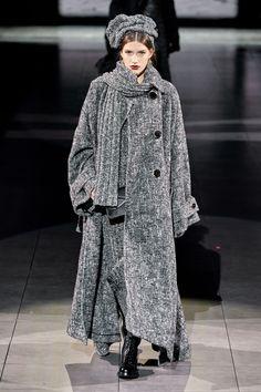 Dolce & Gabbana Fall 2020 Ready-to-Wear Fashion Show - Vogue Dolce & Gabbana, Dolce And Gabbana Handbags, Grey Fashion, Unique Fashion, Fashion Looks, Women's Fashion, Fashion Week, Runway Fashion, Vogue Paris