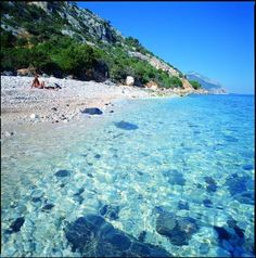 Sardegna Dorgali, la spiaggia di Ziu Martine Best Of Italy, Regions Of Italy, Beautiful Places In The World, Pebble Beach, Beautiful Islands, Dream Vacations, Italy Travel, Bella, Places To See