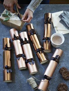 STIJLIDEE Kerststyling DIY Tips >> Christmas crackers in feestelijk metallic papier via http://www.coxandcox.co.uk/copper-crackers