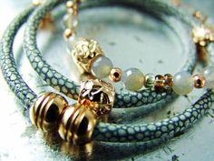Hier biete ich ein Set aus eigentlich ganz unterschiedlichen Armbändern an.    *Rose Gold* (Zamak) kombiniert mit Nappaleder (Rochenlederprint). Da...