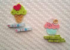 Deliziosi dolcetti a forma di cupcake e cono gelato, simpatici come portachiavi e portafortuna. Si possono utilizzare anche come charm (ciondolo) per borsa. Perfetti come bomboniera in abbinamento ad un sacchetto di feltro oppure ai classici veli d'organza. Adattabili e personalizzabili ad ogni occasione.