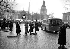Liikennettä Keskustorilla vuonna 1931. Bussia odottamassa vuonna 1931. Kuva: Aamulehti 12.11.1938, Tampereen museoiden kuva-arkisto. Finland, Street View, Historia, Italia
