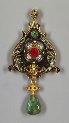 Marea Britanie / Colecţia Regală Pandant creat în Roma / Italia cca. 1860 de către Augusto Castellani (1829-1914); aur, email, smarald, rubin birman (*) având la partea inferioară un pandant detaşabil (**) cu un acvamarin parţial perforat şi câteva (probabil) rubine. Dimensiuni: 7,6 x 3,8 x 1,0 cm.