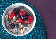 Se non vi siete ancora tuffati nella mania dei semi di chia, questa ricetta é la vostra scusa per farlo.  Questi piccoli semi neri hanno un alto valore nutritivo, contengono infatti un elevato concent