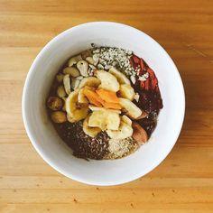Un bon #porridge pour bien démarrer la journée ! Après ma routine matinale (lecture écriture et sport) je me suis préparé ce petit porridge au lait végétal de châtaigne. Et je m'amuse à faire un peu de porridge artistique c'est tellement meilleur quand c'est beau  Ce que j'aime dans le porridge c'est que c'est chaud. Là j'ai juste mis flocons d'avoine et lait végétal dans mon bol le tout au micro-ondes une minute et j'ai ajouté tous les autres ingrédients. Et voilà !! #petitdejeuner…
