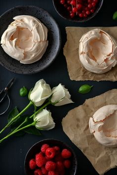 Sweet Gula: Mini Pavlovas c/ Lemon Curd e Frutos Vermelhos Mini Pavlova, Red Fruit, Pastry Cake, Lemon Curd, Pudding, Sweets, Baking, Ethnic Recipes, Desserts