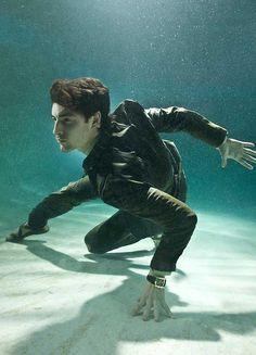 Underwater photography for Quintessentially Magazine - a magnificently dynamic pose! Action Pose Reference, Human Poses Reference, Pose Reference Photo, Anatomy Reference, Figure Reference, Action Posen, Fighting Poses, Anatomy Poses, Underwater Photographer