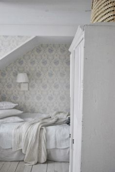 ♕ cozy bedroom from Julias Vita Drömmar Attic Rooms, Attic Spaces, White Cottage, Cottage Style, Shabby Cottage, Cozy Bedroom, Dream Bedroom, Cottage Bedrooms, Interior And Exterior
