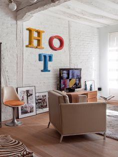 Paredes decoradas con letras 3D en salón