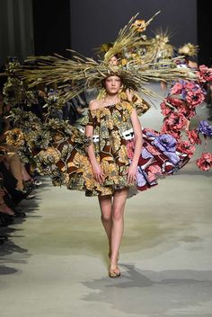 """Dutch designer duo Viktor and Rolf awes audiences in Paris with their art-inspired attire. Entitled Van Gogh Girls, Victor Horsting and Rolf Snoeren's futuristic floral assemblage tributes the late artist with a sense of """"organic unity. Haute Couture Paris, Couture Mode, Couture 2015, Spring Couture, Couture Fashion, Runway Fashion, Couture Style, Paris Fashion, Weird Fashion"""
