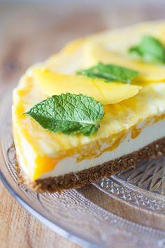 Deze lekkere tropische mango kwarktaart is een plaatje op een feestje of etentje, erg makkelijk te maken en bevat niet eens zoveel calorieën!