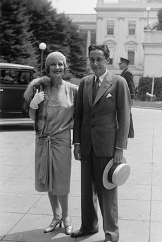 Norma_Shearer alongside Irving Thalberg, outside the White House in 1929 Hollywood Icons, Golden Age Of Hollywood, Vintage Hollywood, Hollywood Glamour, Hollywood Stars, Classic Hollywood, Hollywood Party, Hollywood Actresses, Popular Actresses