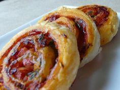 Roulés feuilletés à la tomate et au bacon
