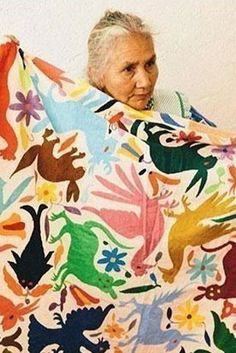 Bordadoras Unidas Arcoiris artisans embroider the way their grandmothers taught them. They strive to keep the Tenango embroidery alive. Art Textile, Textile Patterns, Print Patterns, Tatting Patterns, Mexican Design, Instalation Art, Mexican Textiles, Quilt Modernen, Arte Popular