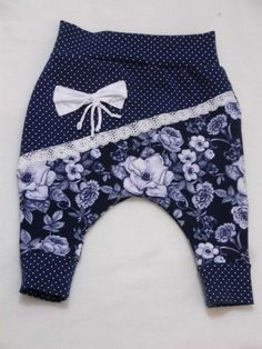 Inspiration Idee Baby nähen Hose Band Schleife The post Girl Pumphose Baby trousers floral motif size appeared first on Kinder Mode. Fashion Niños, Short Infantil, Baggy Trousers, Selling Handmade Items, Sewing Pants, Baby Bloomers, Baby Sewing, Floral Motif, Beautiful Babies