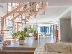 Un grand salon ouvert sur 2 étages avec une véranda