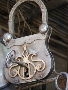 rotulo de una cerrajeria en forma de candado con su llave. colores metalizados Alejandro Estevez