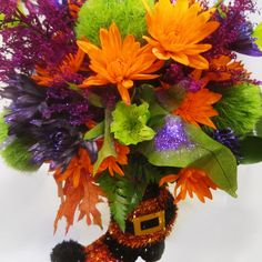 Rasa had the idea to use the witch's boot as a vase (she pulled it from the seasonal decoration aisle). And Cheryl added the explosion of color. The final effect is stunning, don't you agree?