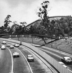 Con grandes diferencias de lo que se aprecia hoy, el Periférico en 1967 era una rápida avenida para cruzar la ciudad. Al fondo de esta imagen se aprecia la Montaña Rusa de la icónica Feria de Chapultepec.