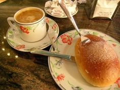 cafe con leche y bollo de mantequilla