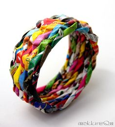 MAKKIREQU: paper bracelet | papierowa bransoleta. Use this pic. Not in English. Might try shiny magazine or wrapper papers or straws. Sure is cute!
