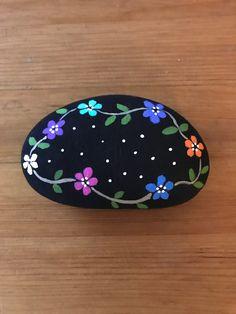 Stone Art Painting, Dot Art Painting, Pebble Painting, Pebble Art, Painted Rock Animals, Painted Rocks Craft, Hand Painted Rocks, Rock Painting Patterns, Rock Painting Ideas Easy