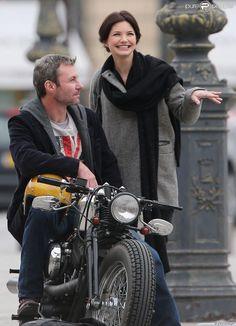 Delphine Chanéac et Chris Vance font un shooting photo pour la série de M6 Le transporteur à Paris le 29 octobre 2012. Les acteurs ont posé Place Vendôme, place de la Concorde, sur le pont Alexandre III et sur la place du Trocadéro devant la tour Eiffel.