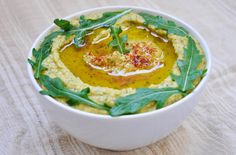 This arugula hummus recipe is perfect for those of you who want to try a different kind of hummus and experiment with new flavors and textures!  | Gourmandelle.com