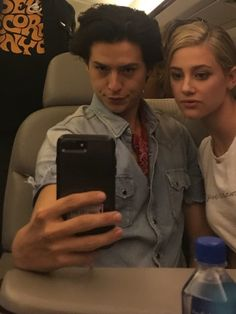 Bughead Riverdale, Riverdale Memes, Zack E Cold, Cole Spouse, Lili Reinhart And Cole Sprouse, Riverdale Cole Sprouse, Betty And Jughead, Luke Perry, Dylan Sprouse