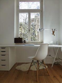 ordentlicher weißer Schreibtisch am Fenster