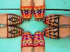 Exklusive Leder Sandalen und bunten mexikanischen Stoff.