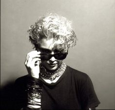MADONNA La reina del pop con las conocidas gafas de forma 'wayfared' de la firma Ray Ban.