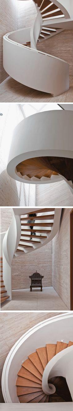 A escada caracol, projeto de Marcelo Rosenbaum, é um monumento. Ela exigiu cálculo cuidadoso do engenheiro Carlos Raisa.
