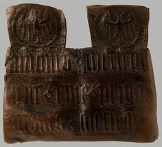 "Tooled leather purse, 15th c. French. MMA. Inscription: Amours ? metient / metient ? ence ? prigon / amours ? metient. (""Love holds me; Holds me in this prison; Love holds me.)"