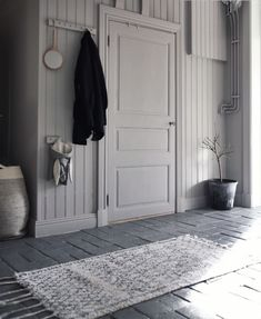 Min kulör Simplicity Greige i Anna Kubels hall (Add simplicity) Entrance Hall Decor, Grey Hallway, Welcome To My House, Wood Detail, Minimalist Interior, Scandinavian Interior, Home Decor Inspiration, Brown And Grey, Feng Shui