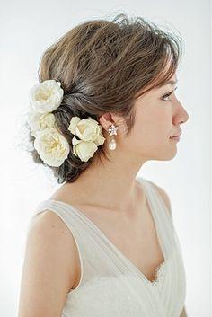 ゆるウエーブ+生花のエレガントアップヘア! ウェディングドレス・カラードレスに合う〜シニヨンの花嫁衣装の髪型まとめ一覧〜